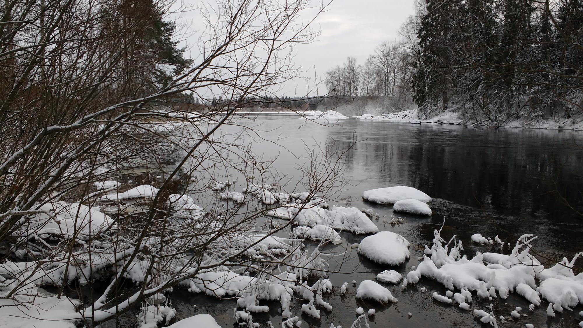 Kuvituskuva, talvista jokimaisemaa.