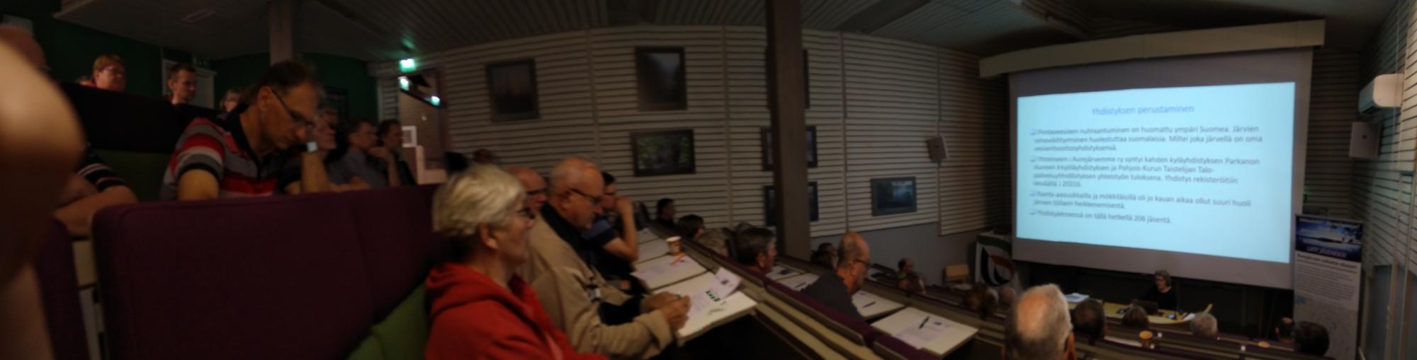 Kuvituskuva, valokuvassa vesistötapahtuman osallistujia seuraamassa esitystä.