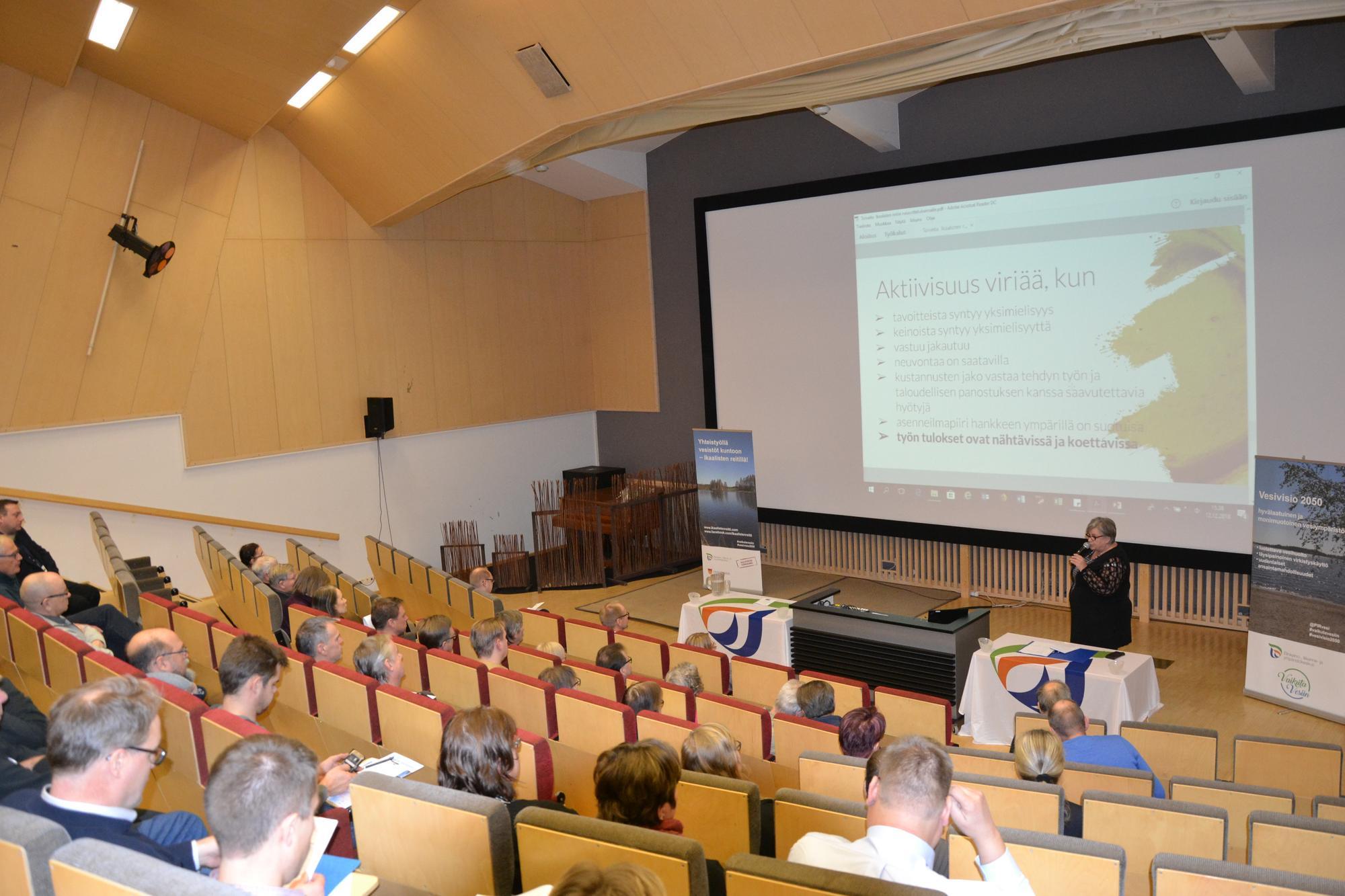 Valokuva neuvottelukunnan jäsenistöstä kokouksessa, puhumassa Arja Pihlaja.